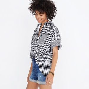 Summery shirt with sleeve roll-up buttons